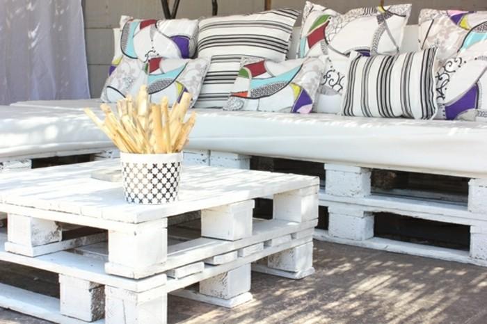 formidable-meuble-en-palette-canape-blanc-style-rustique-coussins-a-jolis-ornements-table-basse-blanche