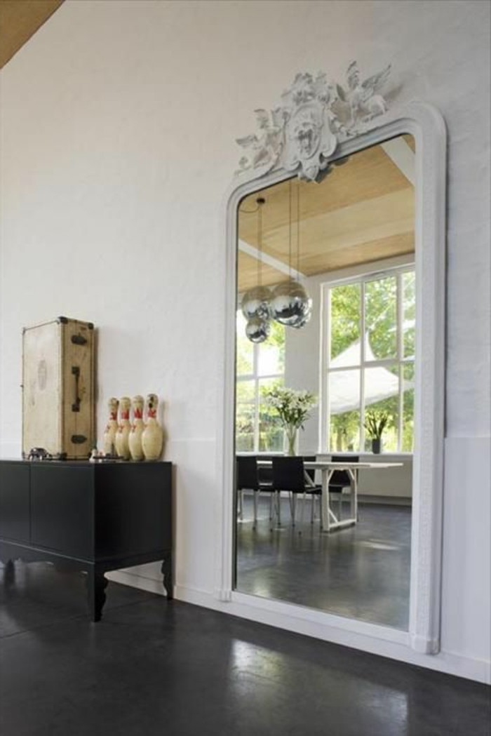 Comment d corer avec le grand miroir ancien id es en photos - Decorer un mur blanc ...