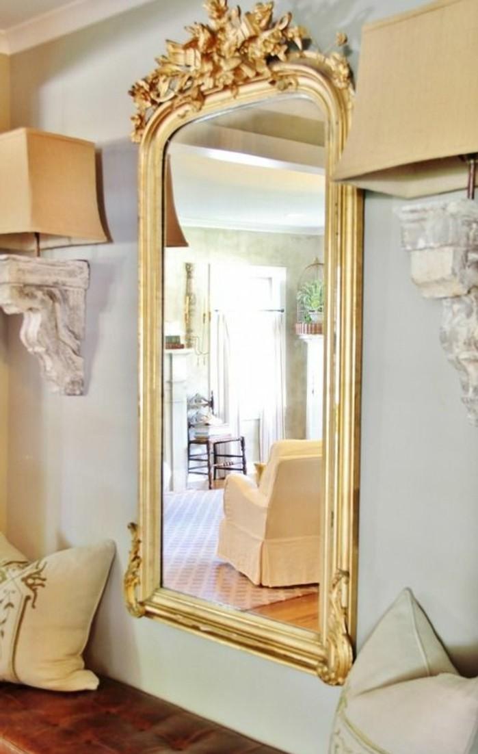 grand-miroir-ancien-cadre-dore-baroque-tapis-rouge