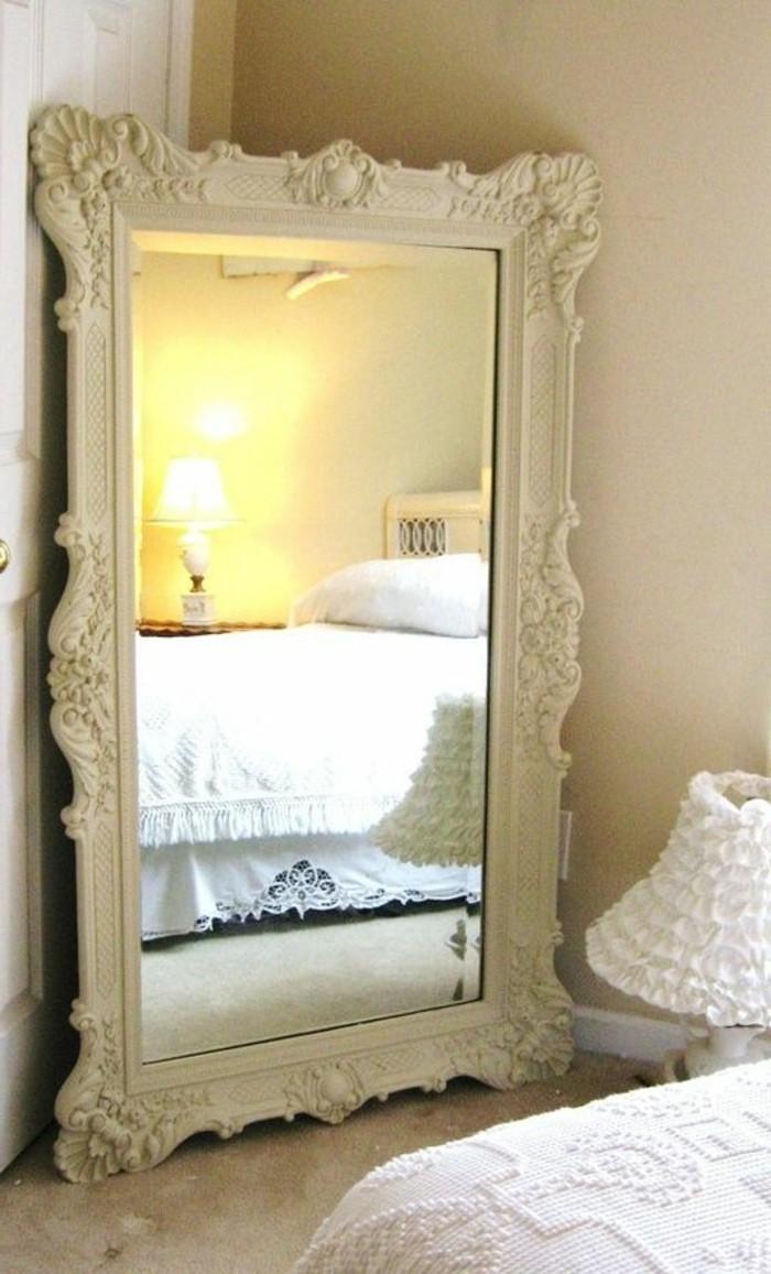 grand-miroir-ancien-cadre-ornemente-blanc-design-ancien