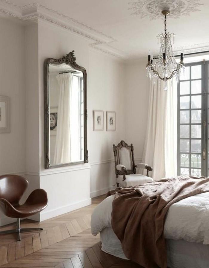 grand-miroir-ancien-chambre-a-coucher-lit-plafonnier