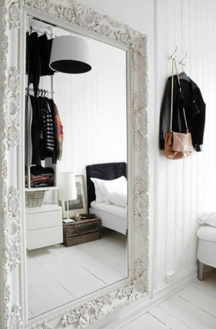 grand-miroir-ancien-decoration-en-blanc-et-noir