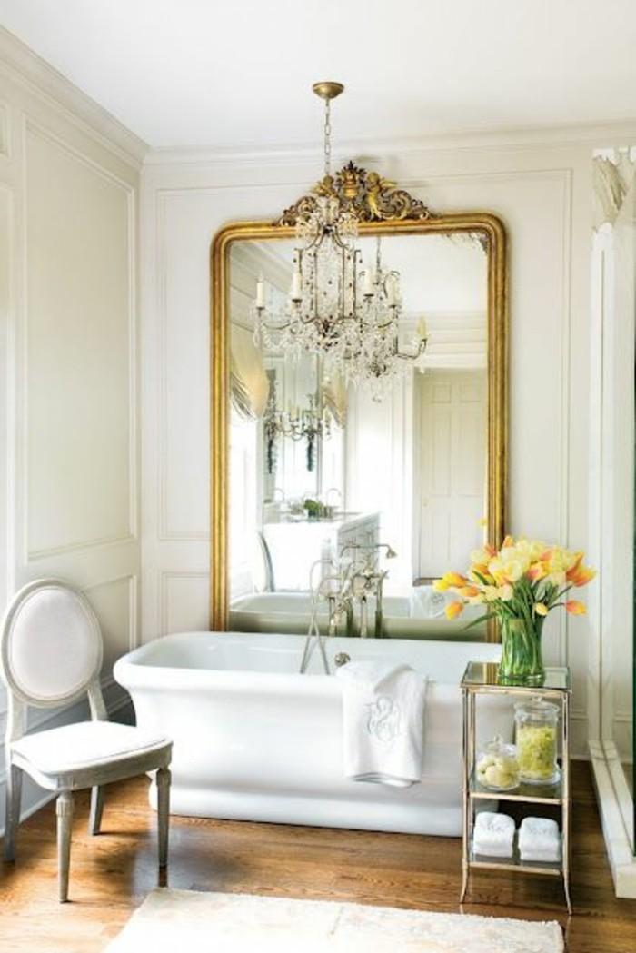 grand-miroir-ancien-et-baignoire-blanche
