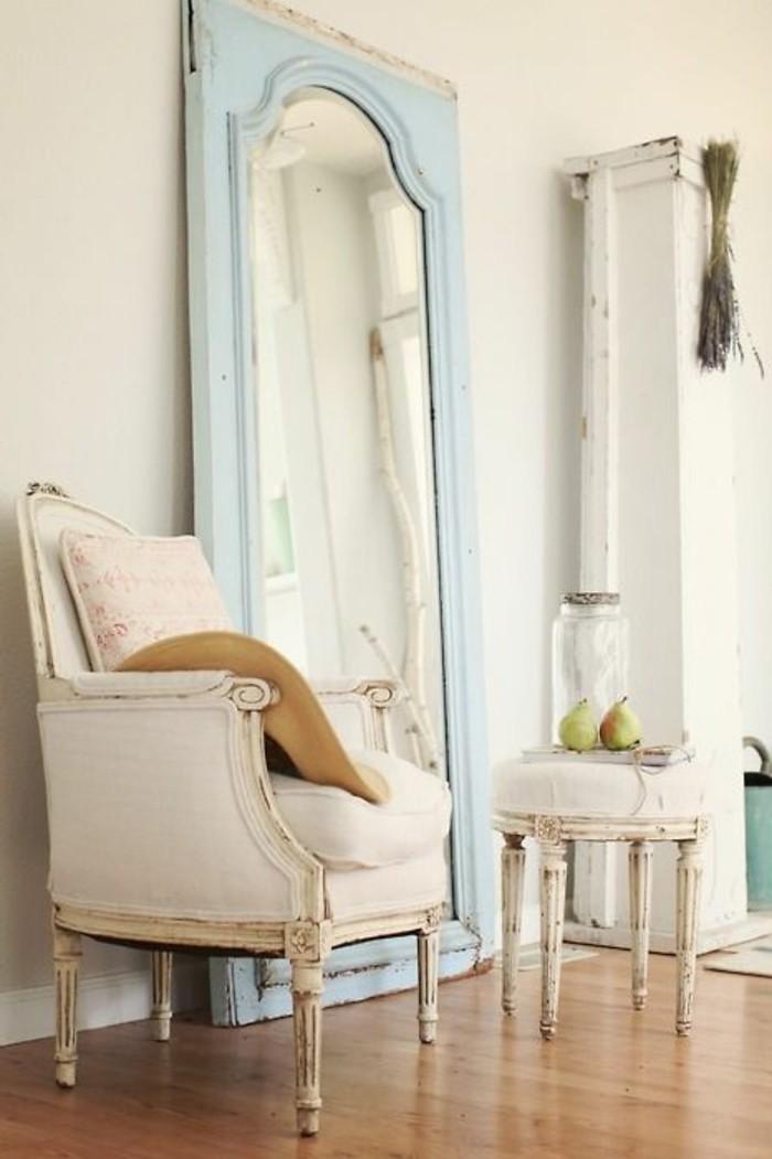 grand-miroir-ancien-fauteuil-blanc-et-parquet