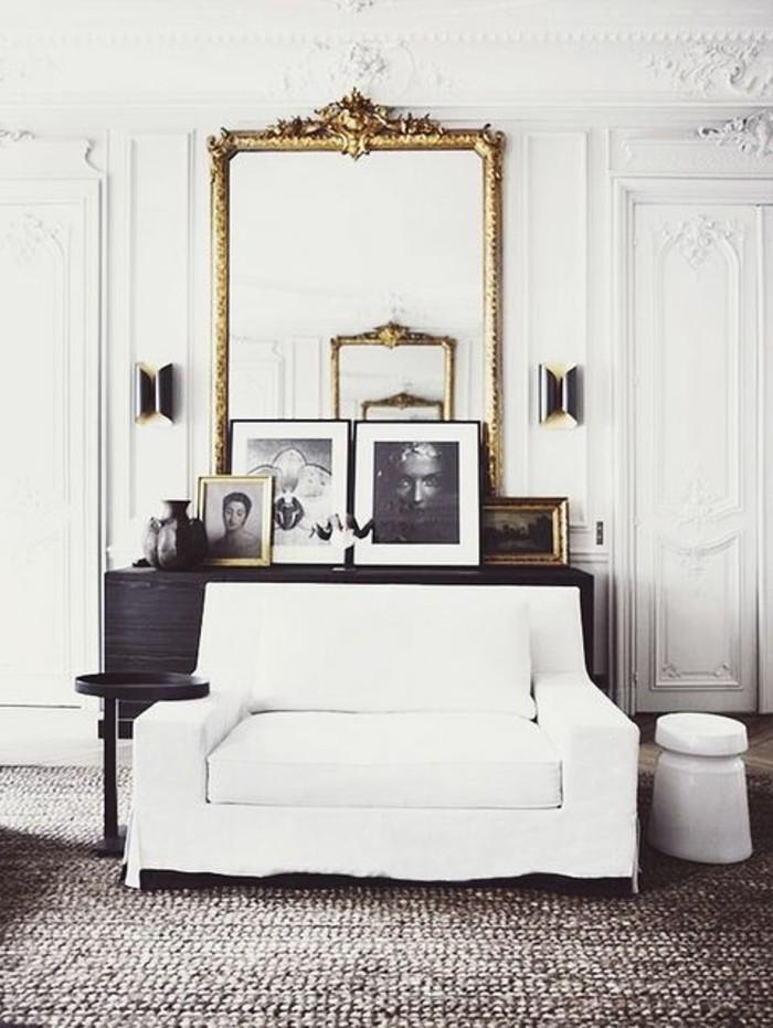 grand-miroir-ancien-interieur-monochrome