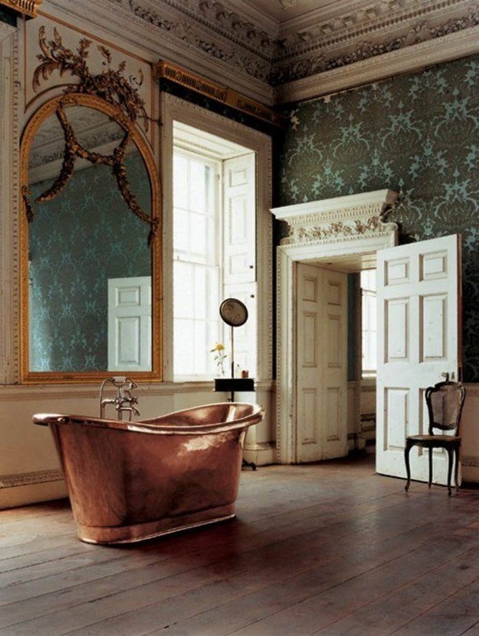 grand-miroir-ancien-interieur-original-baignoire-en-fonte