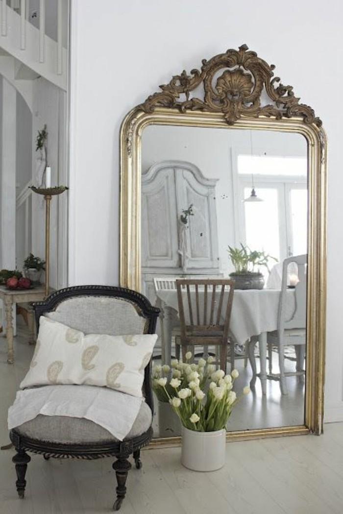grand-miroir-ancien-salle-de-dejeuner-spacieuse-chaise-baroque