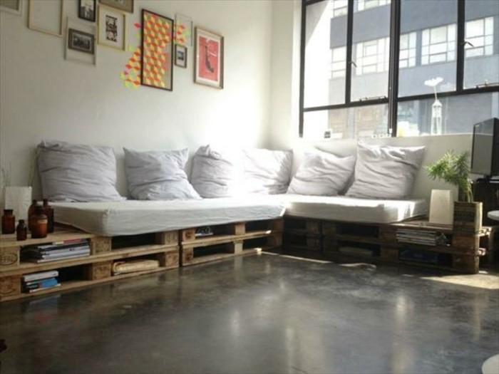 gros-canape-en-palette-assise-et-coussins-blancs-rangements-integres