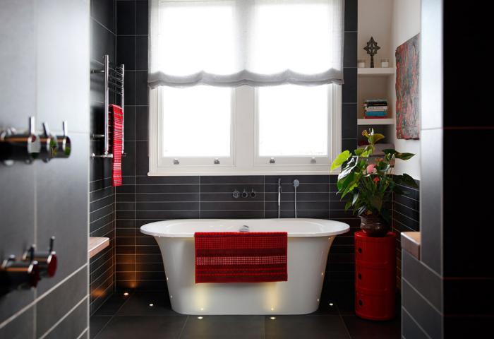 carrelage-noir-de-salle-de-bain-bagnoire-blanche