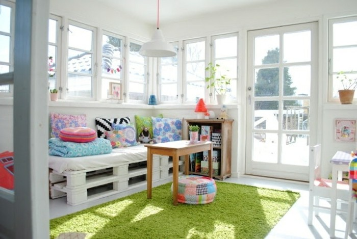 idee-diy-canape-palette-blanc-coussins-multicolores-ambiance-enjouee