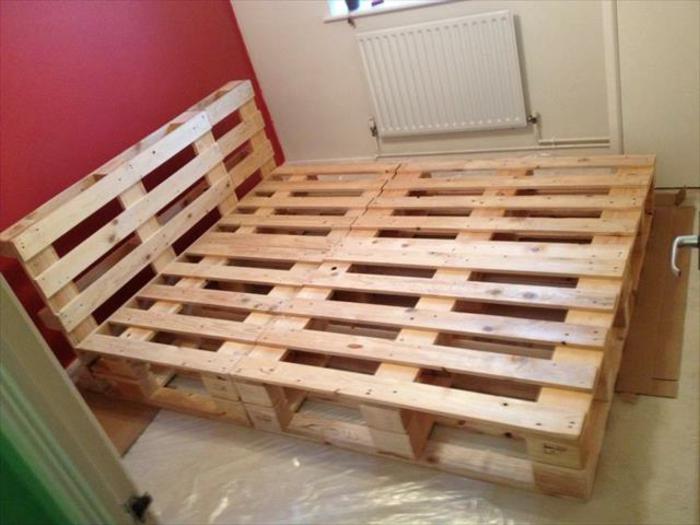 idee-diy-comment-comment-faire-un-lit-en-palette-assemblage-de-palettes