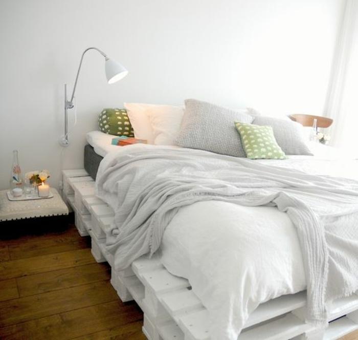 idee-comment-fabriquer-un-meuble-en-palette-suggestion-chambre-adulte-ambiance-sereine-pour-demarrer-la-journee-du-pied