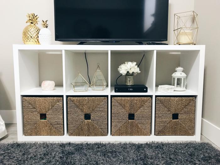 idée design petit salon tapis gris anthracite fausse fourrure accessoire ananas doré meuble tv