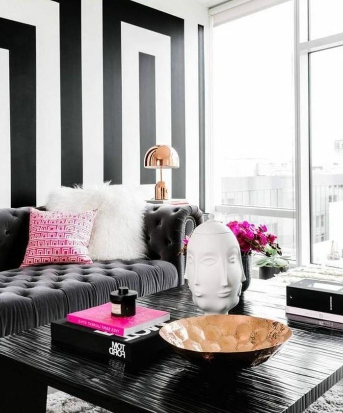 idee-extraordinaire-couleur-peinture-salon-a-rayures-noires-et-blanches-decor-en-noir-et-blanc-sophistique-avec-quelques-accents-fuchsia