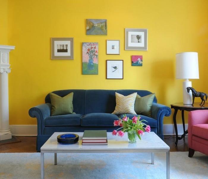 idee-peinture-salon-jaune-sofa-bleu-deco-murale-interessante-table-blanche
