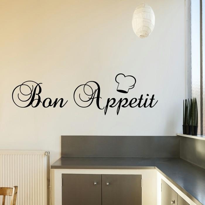 idee-tres-originale-couleur-peinture-cuisine-blanc-cassé-avec-un-sticker-mural-bon-appetit