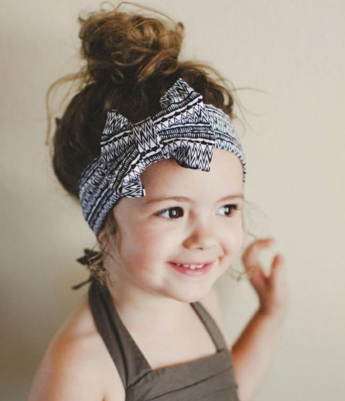 idee-tres-sympa-coiffure-petite-fille-hippie-idee-coiffure-bapteme