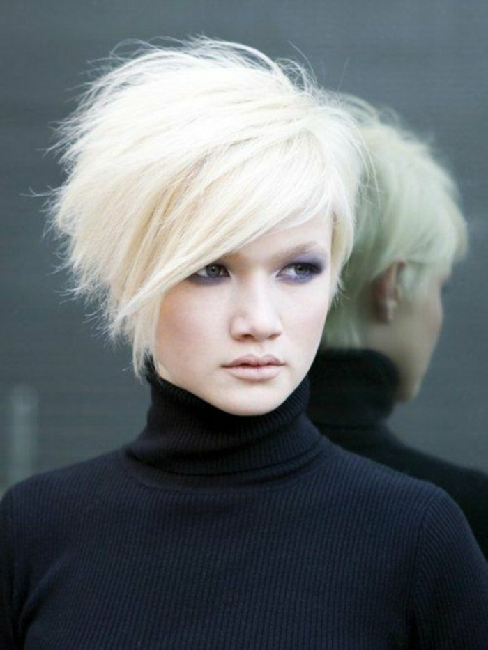 idee-coiffures-courtes-asymetrique-cheveux-blonds-idees-maquillage-yeux-verts