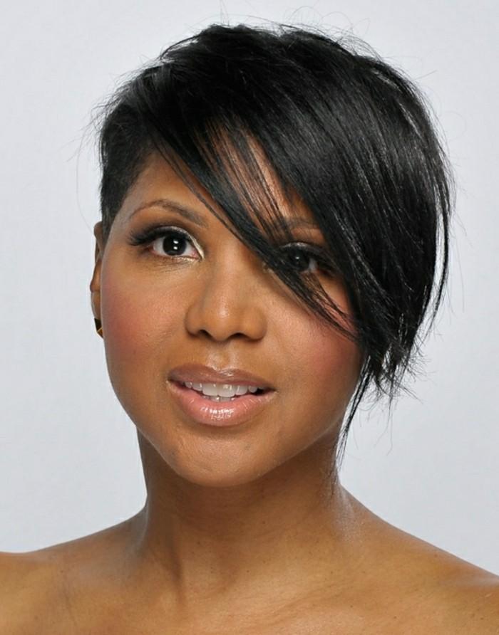 idee-coiffures-courtes-femme-aux-cheveux-noirs