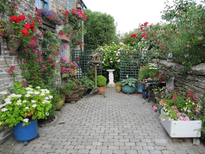 idee-decoration-jardin-anglais-cour-anglaise-fleurs-angleterre