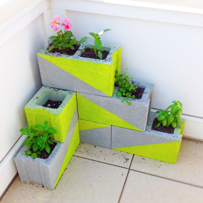 idee-decoration-recycler-parpaings-jardiniere-balcon