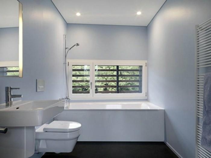 idee-salle-de-bain-petite-surface-couleur-bleu-ciel-baignoire-blanche-petite-fenetre