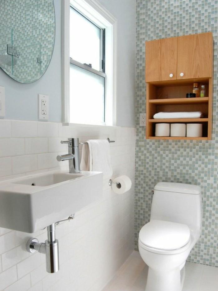 idee-salle-de-bain-petite-surface-mur-en-mosaique-bleu-blanc-vert-meuble-mural-en-bois