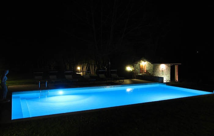 idees-eclairage-piscine-spot-led-simple-projecteur-etanche
