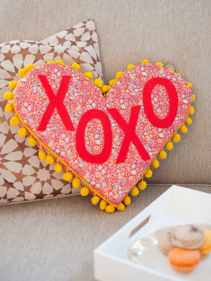 idees-st-valentin-deco-st-valentin-originale-pillow-pour-la-saint-valentin-couple-amoureuse