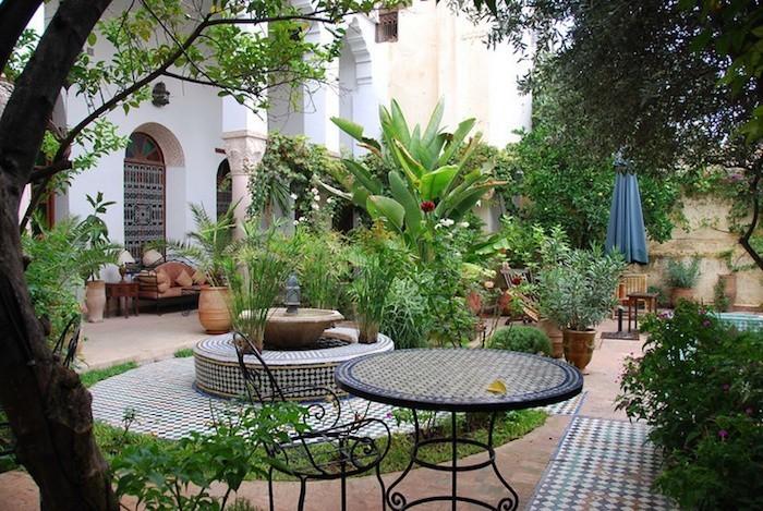 jardin-mediterraneen-arabe-idee-deco-design-cheminee-decoration-mosaique-exterieur