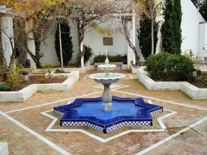 jardin-mediterraneen-espagne-andalousie-idee-deco-design-decoration-fontaine-exterieur