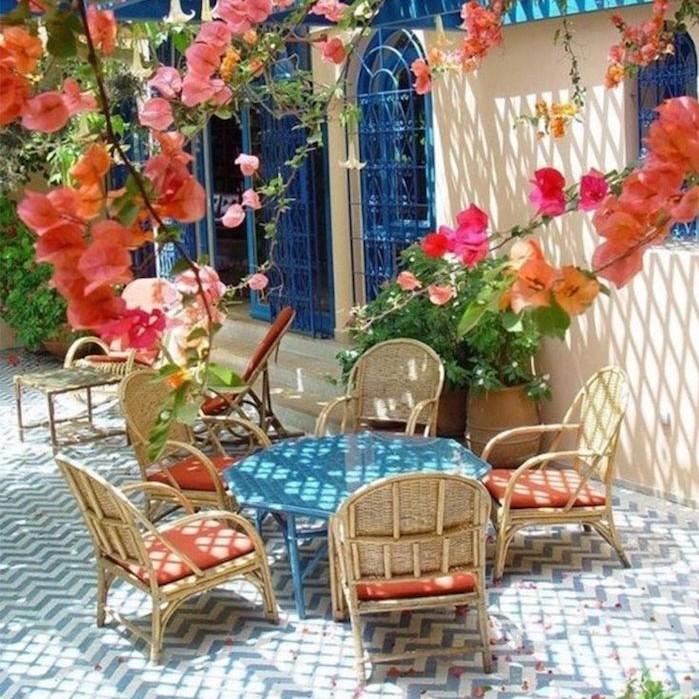 jardin-mediterraneen-grec-grece-style-idee-deco-design-fleurs-blanc-bleu