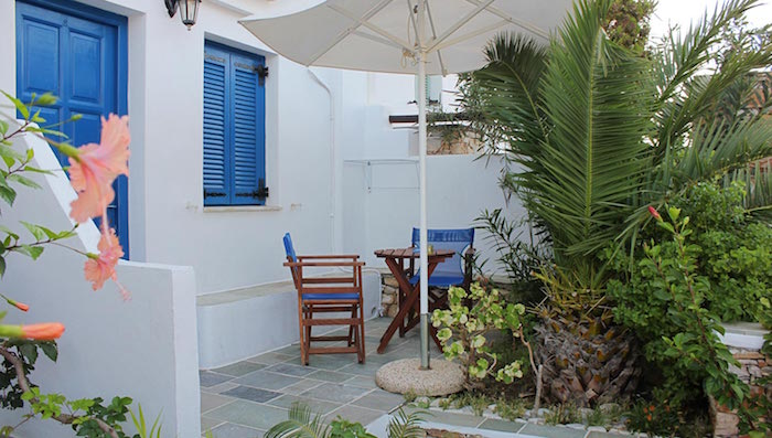 jardin-mediterraneen-grec-grece-style-idee-deco-design-plantes-bleu-blanc