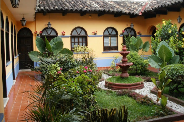 jardin-mediterraneen-oriental-espagne-idee-deco-design-amenagement-objet-chaises-accessoire