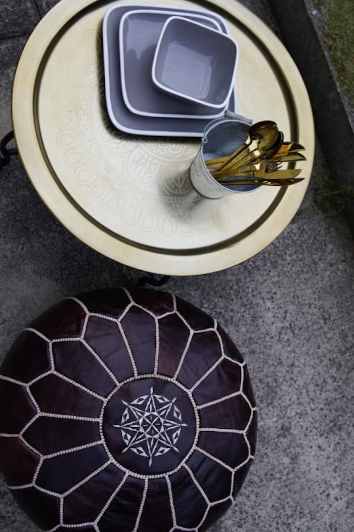 jardin-mediterraneen-oriental-maroc-idee-deco-design-amenagement-objet-pouffe-arabe-cuir-accessoire