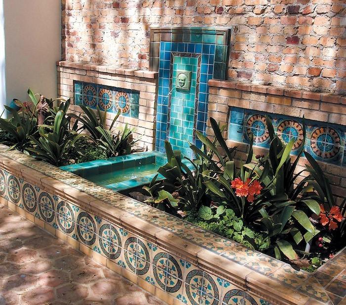 jardin-mediterraneen-oriental-maroc-idee-deco-design-fontaine-murale-mosaique-bassin