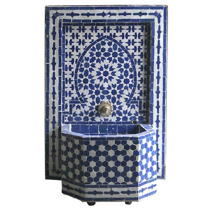 jardin-mediterraneen-oriental-maroc-idee-deco-design-fontaine-murale-mosaique