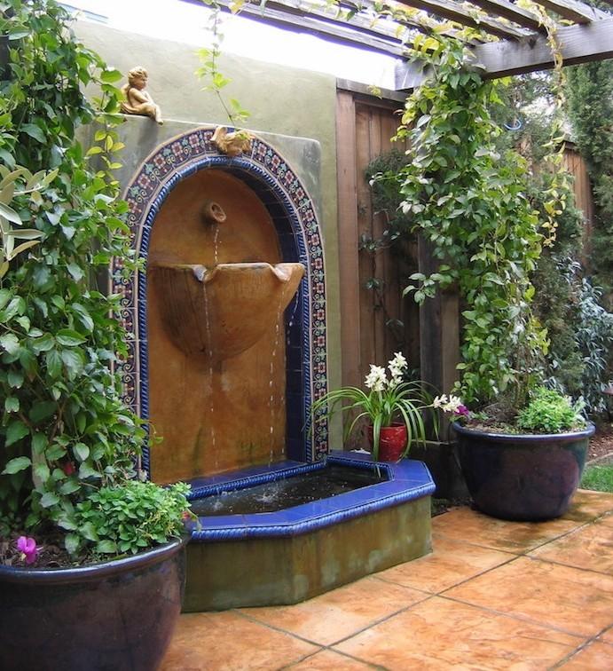 jardin-mediterraneen-oriental-maroc-idee-deco-design-mosaique-fontaine-mur