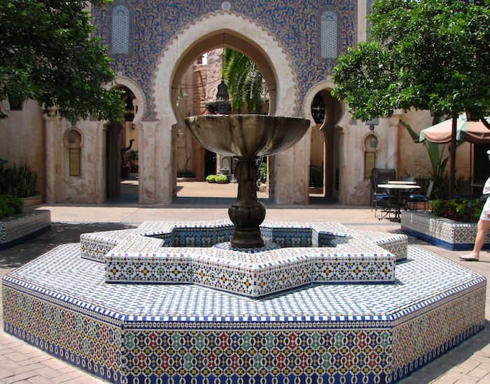 jardin-mediterraneen-oriental-marocain-idee-decoration-design-fontaine-centre-mosaique