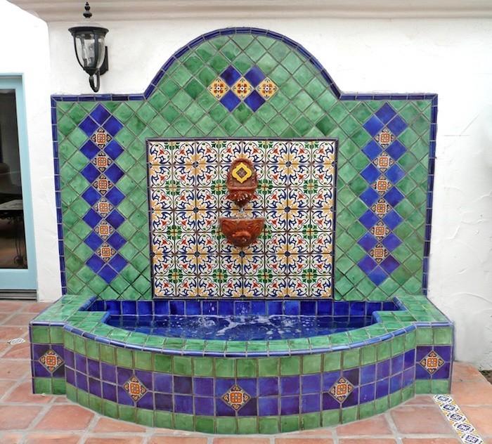 jardin-mediterraneen-oriental-marocain-idee-decoration-design-fontaine-murale-mosaique