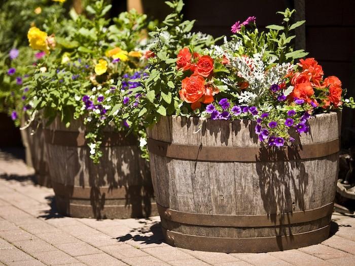 jardiniere-en-bois-idee-decoration-tonneau-jardiniere-balcon
