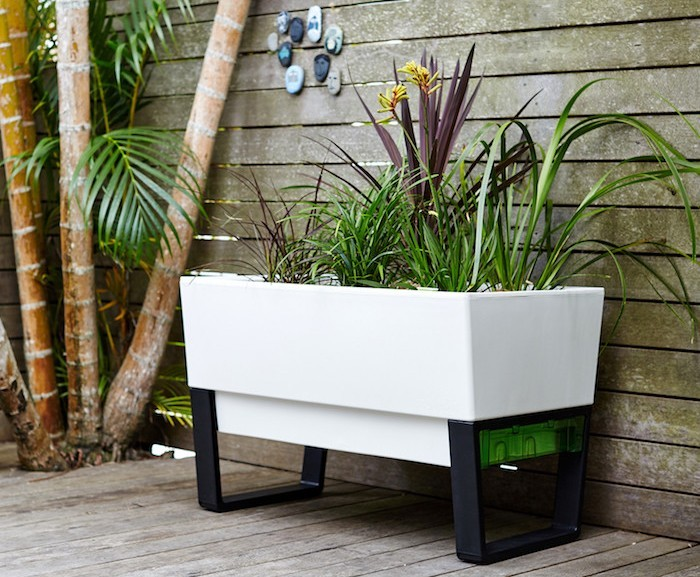 jardiniere-balcon-rectangulaie-moderne-design-blanc-noir-idee-terrasse
