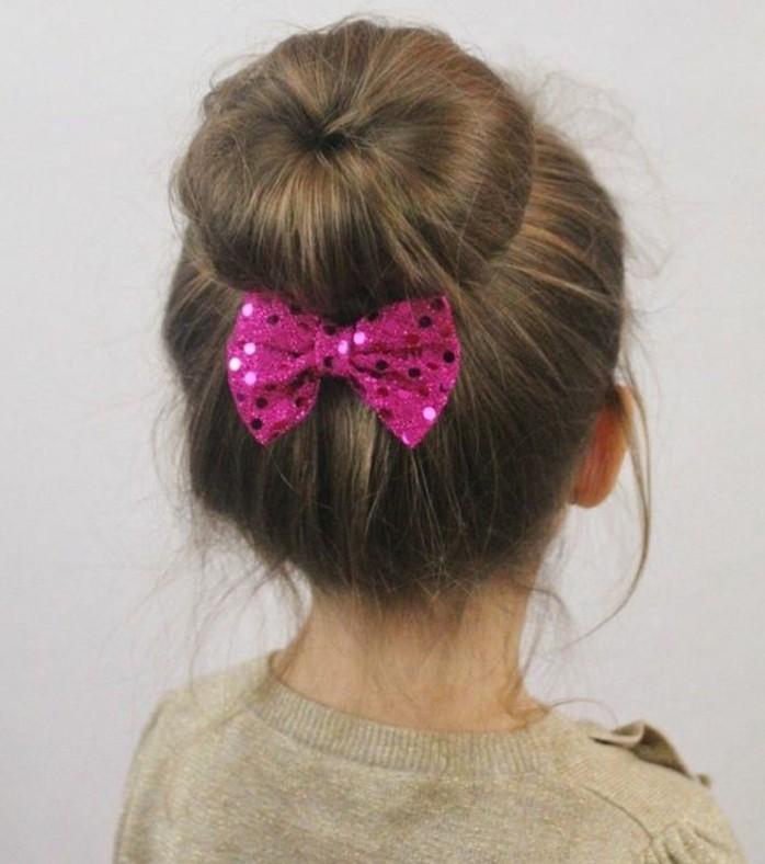 joli-chignon-pare-d-un-noeud-coiffure-petite-fille-simple-et-elegante