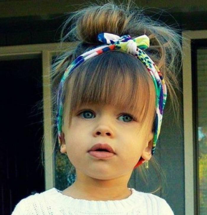 joli-chigon-boheme-et-serre-tete-multicolore-superbe-idee-coiffure-fillette