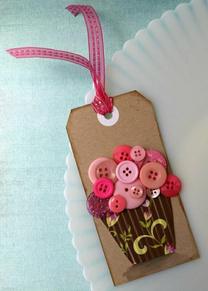 jolie-carte-de-voeux-decoree-avec-des-boutons-colores-en-rose-et-violette