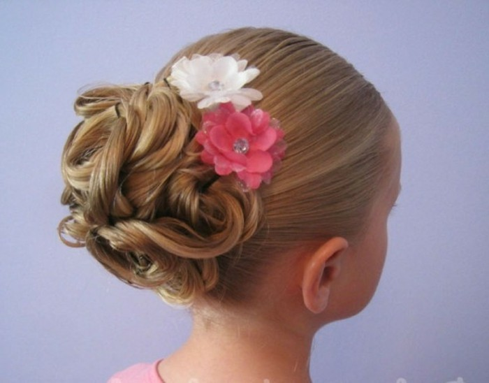 jolie-coiffure-petite-fille-mariage-avec-des-fleurs-decoratives