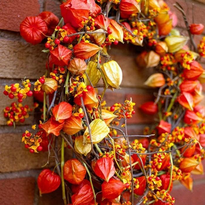 jolie-couronne-de-fleurs-automnes-et-branches-comment-decorer-pour-automne