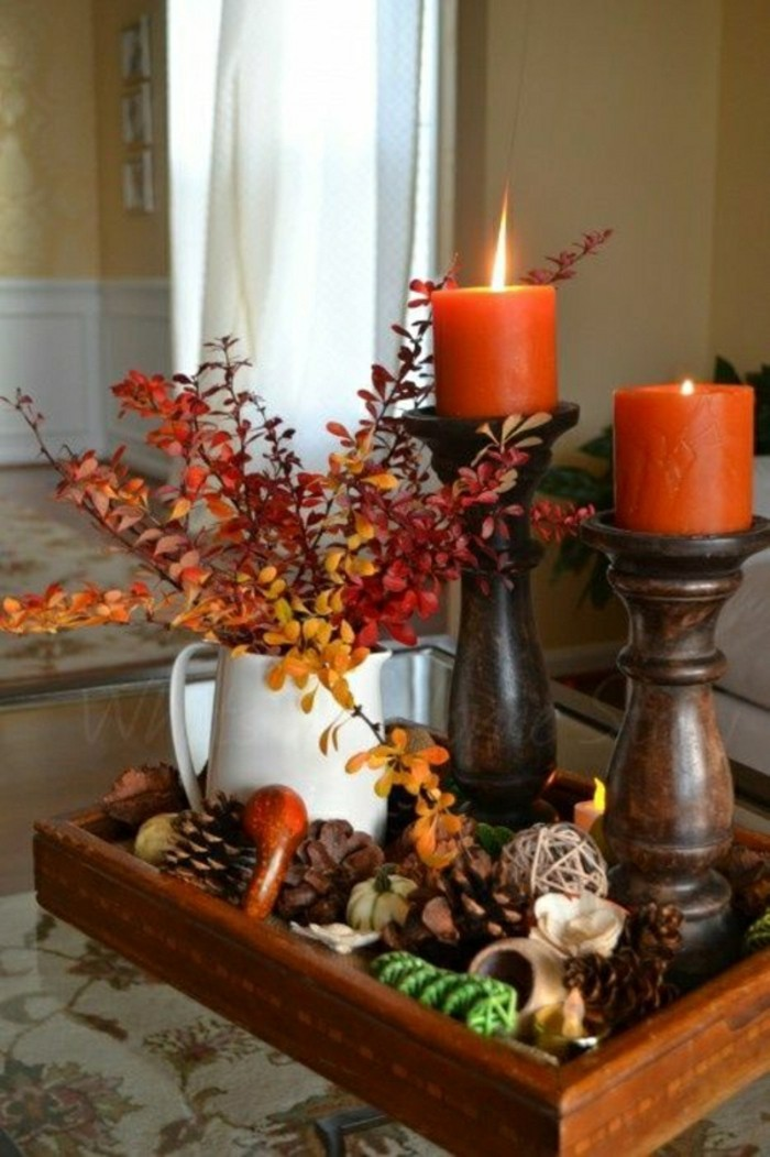 jolie-deco-automne-a-faire-vous-memes-a-la-maison-cone-de-pin-branches-avec-feuilles-orages-bougies-oranges