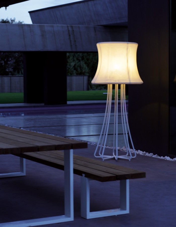 Lampadaire exterieur design 42 id es lumineuses for Lampe jardin exterieur