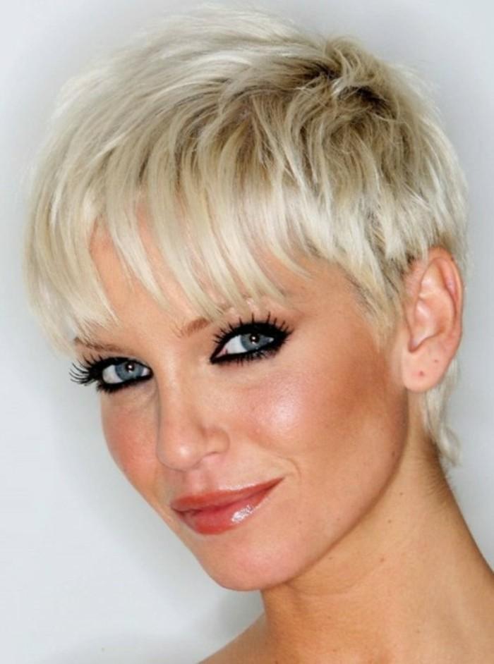 les-coiffures-coupe-courte-femme-coiffure-courte-cheveux-courtes-yeux-bleus-tendances